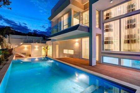 Modern Villa (sleeps 8)  - Naxxar - Villa