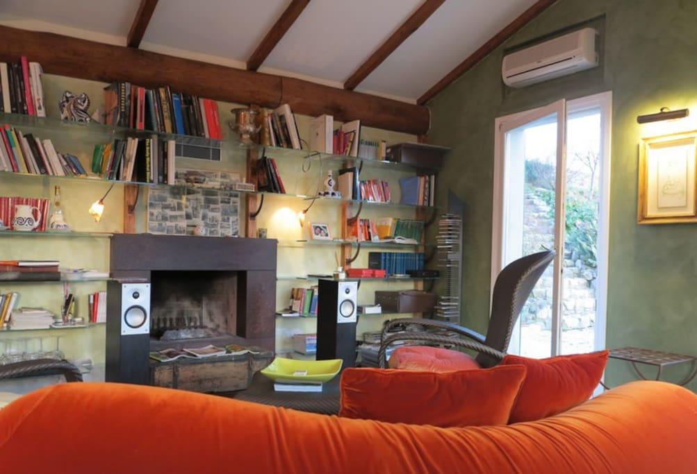 La nostra libreria progettata per raccogliere una piccola biblioteca con una selezione di libri di arte, architettura, fotografia e di storia del territorio.