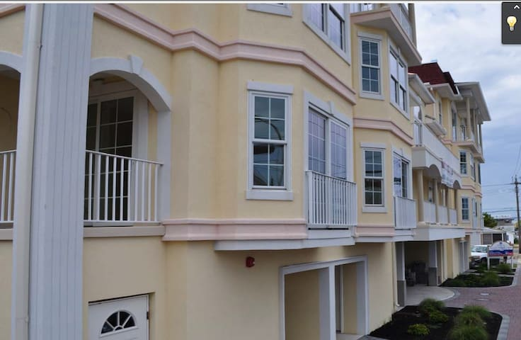 4 Bed/3.5 Bath new townhome 2 blocks to Beach