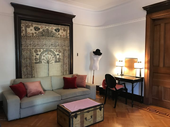BIG Beautiful private bedroom, 5 minutes to subway