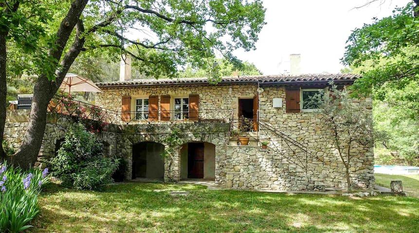 Haus in Aix & bewaldeten Landschaft