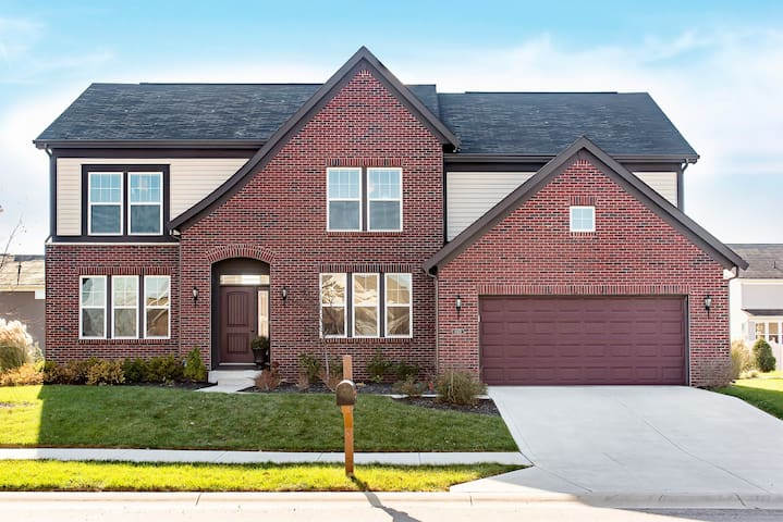 5BR, 3.5 BA HOME MINS AWAY FROM INDIANAPOLIS
