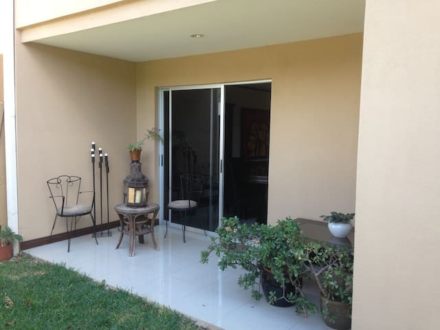 Great room close to the airport - Alajuela - Hus