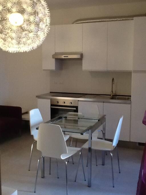 cucina arredata dotata di lavastoviglie