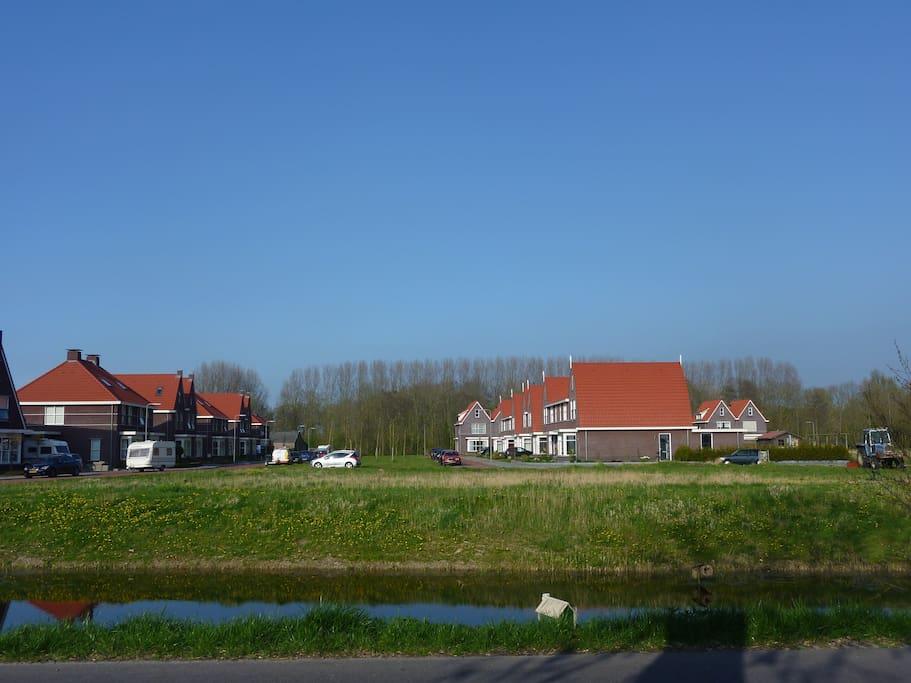 Het is een nieuw wijkje , omringd door weilanden. Nummer 10 ligt in de rechter rij.