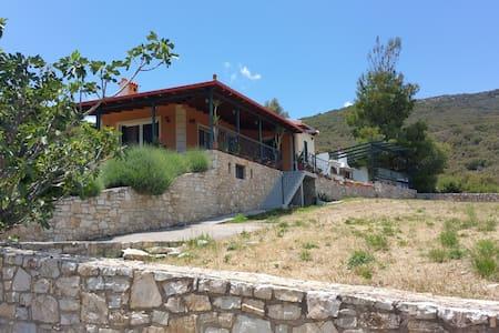 Ένα μικρό & ζεστό σπίτι στο βουνό! - Agia Sofia - Ev