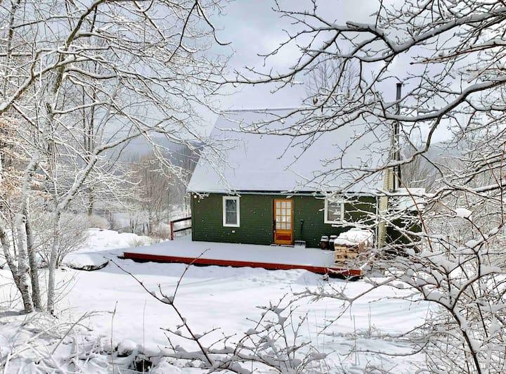 Mountain Thyme Cottage on 12 Acres + Hot Tub