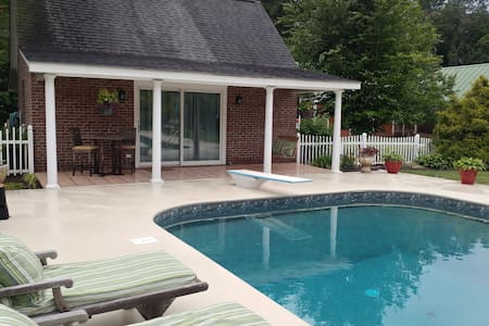Beautiful, Private, Country Cottage Pool House