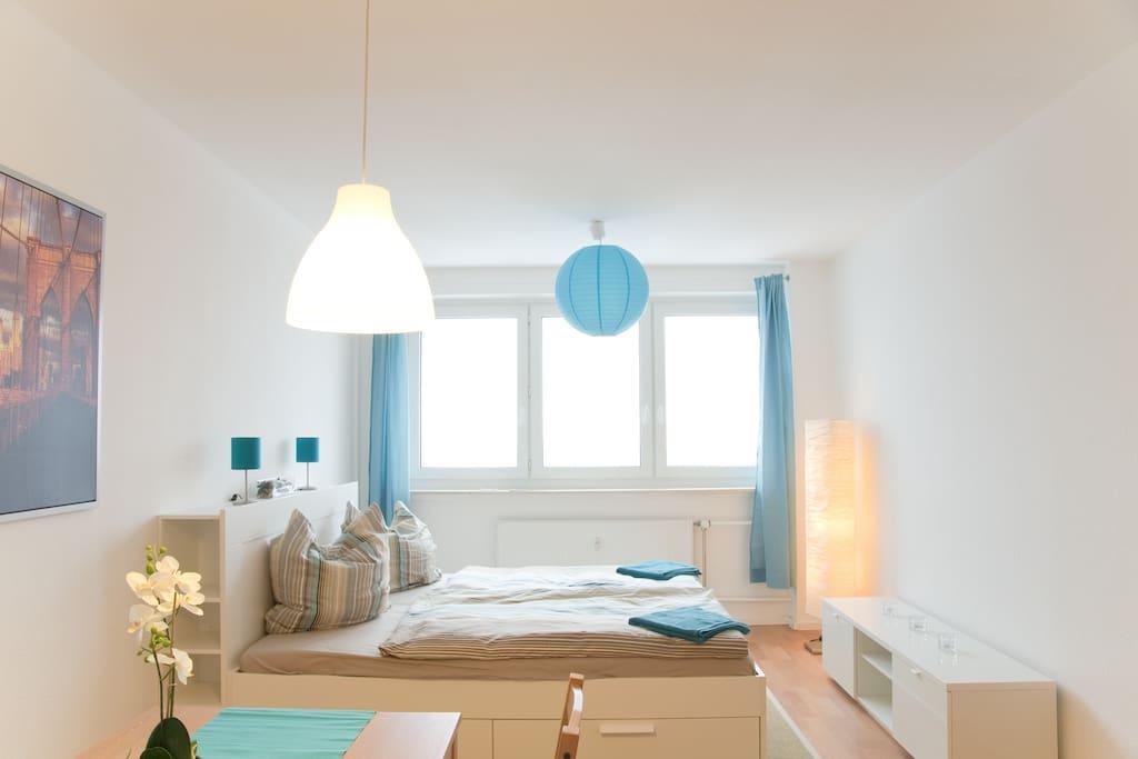 Blick aus der Wohnküche in Richtung Bett