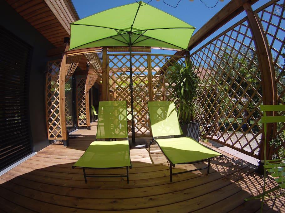 Terrasse privative avec bains de soleil, coin salon et table bistrot