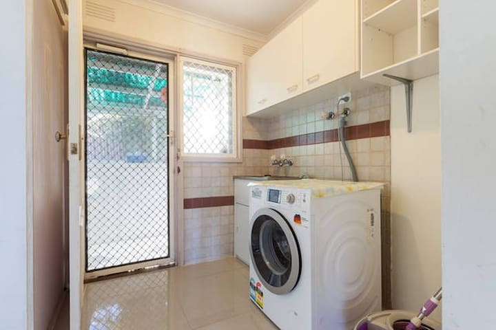 有2个卧室可以短期出租。也欢迎一家三口入住。 - Narre Warren - House