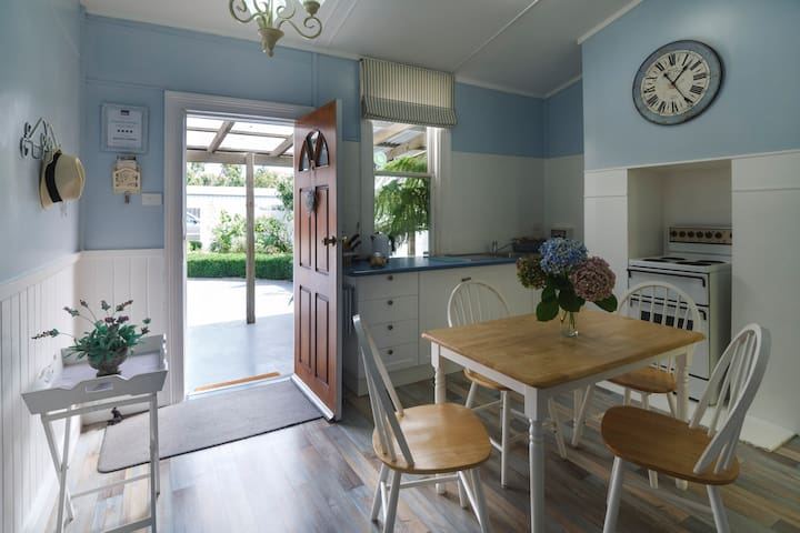 Cameo Cottage - includes breakfast - Devonport - Bed & Breakfast