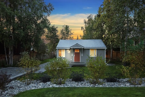 > UPSCALE Cottage / Central to DOWNTOWN & Trails <