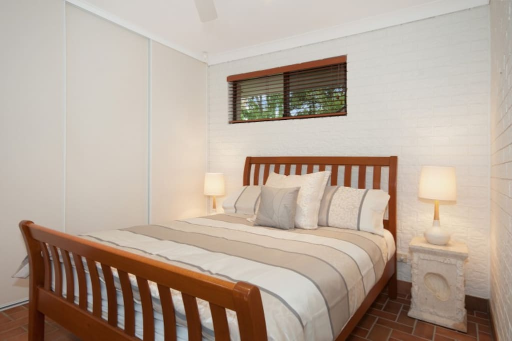 Very comfortable Queen size bed, quality bed & linen. Wake to the sound of the beach, birds and views of the garden. Spacious room with BIR. Ceiling Fan.