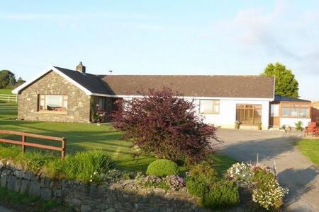 Studio with stunning views of countryside & coast - Dinas Cross - House