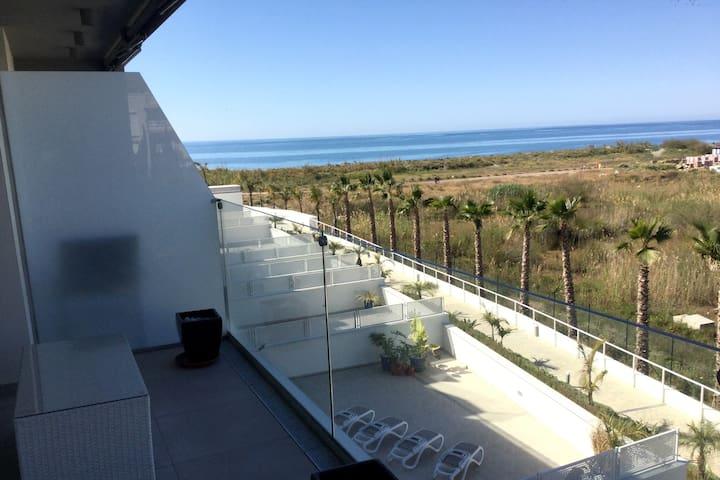Apartamento nuevo en primera línea de playa.