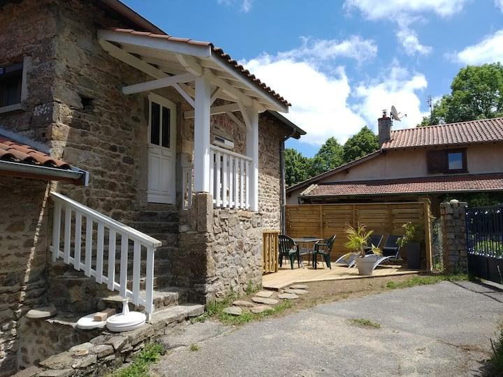 Maisin de village calme (28 KM LYON) gîte yzeron