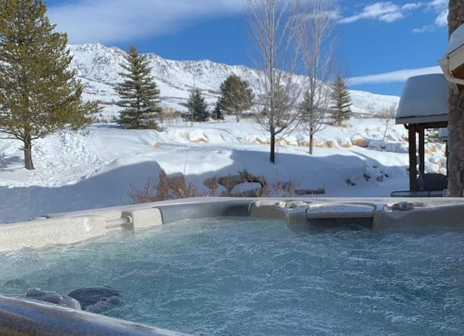 Eden Hideaway-private hot tub, theater & game room