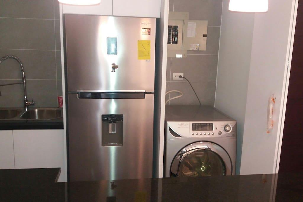 Está a disposición una refrigeradora con nevera, lavadora y secadora de ropa eléctrica.