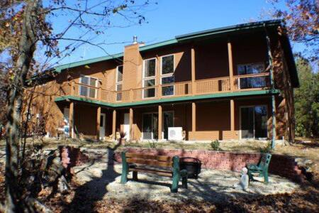 Gustofson's Cedar Retreat! - Hartsburg - House