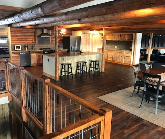 5 BR/5.5 Bath Renovated Cabin in the Heart of Town