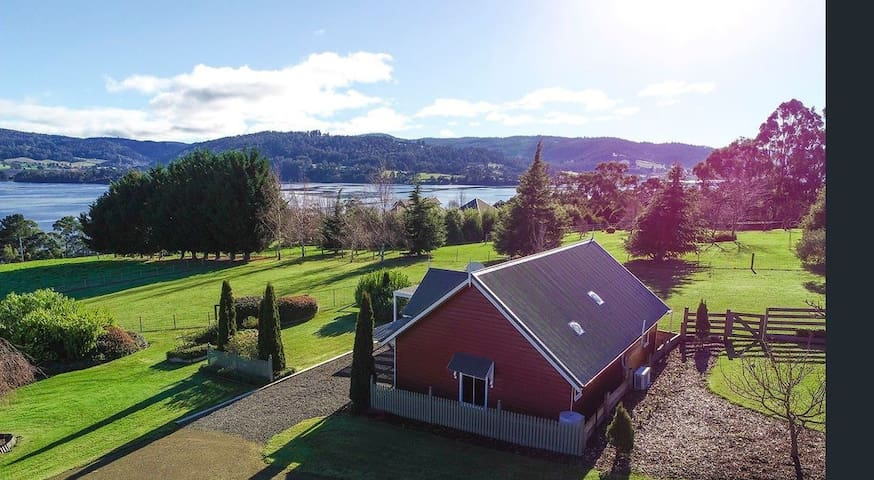 Cottage with stunning views of the Huon River