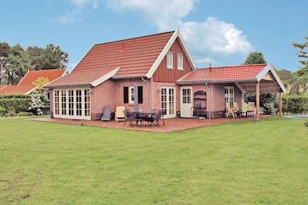 Holiday cottage with 4 bedrooms on 120m² in Hoge Hexel