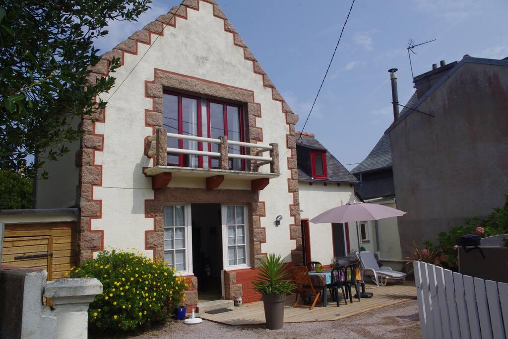 façade et terrasse de la maison. Orientation sud