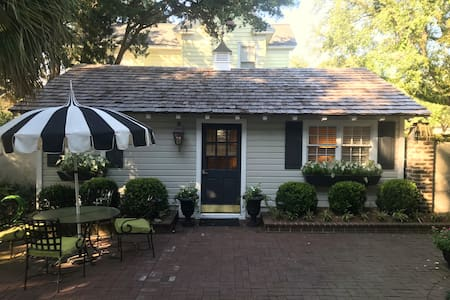Historic Guest Cottage: Aug. Last Minute Special.
