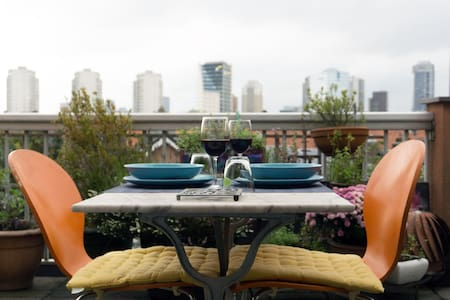 Room and roof terrace with a stunning skyline-view