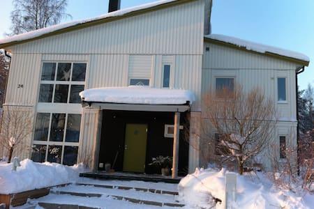 """Härlig """"ny-funkisvilla"""" med trädgård - Umeå - Casa"""