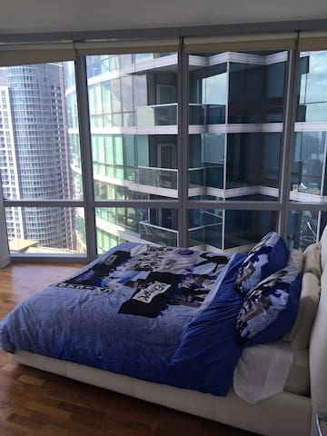 One Queen Bedroom in the Heart of the Loop