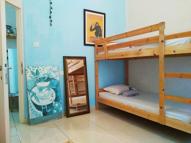 BED IN 4 FEMALE BEACH ROOM (EXPERIENCED HOST)
