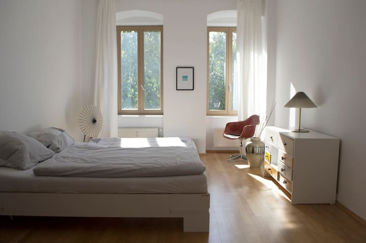 Central and calm room, perfect to discover Berlin!