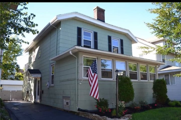Beautiful Kenmore home- MUST LOVE DOGS