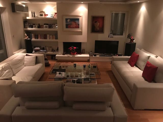 Modern spacious apartment ideal for groups up to 6