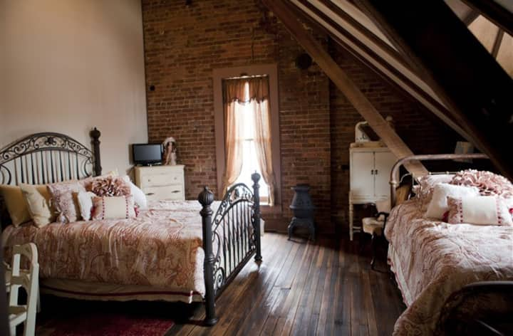 Main Street Bed and Breakfast - Dickinson Room