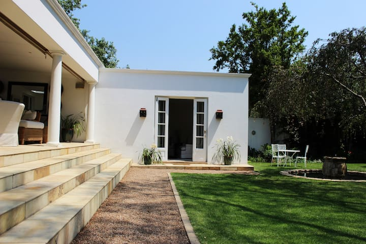 Spacious private luxury cottage, Parktown North