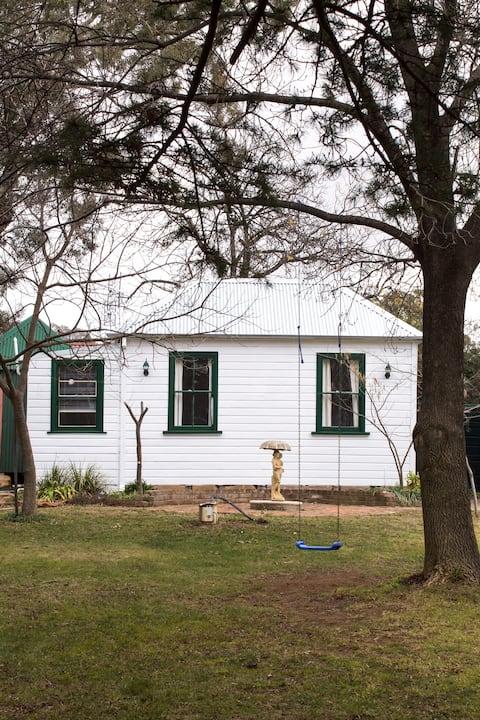 Coach House, Tilbrook  * Beautiful Green Grounds*