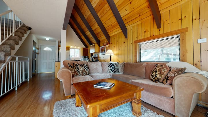 MVV 39-Retro Ski Cabin Retreat! 2 Bedrooms+Loft/2 Bathroom close to village