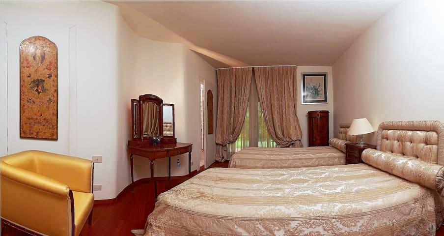 Beautiful villa with garden, pool and golf course - Civitella Val di Chiana (AR) - Huvila