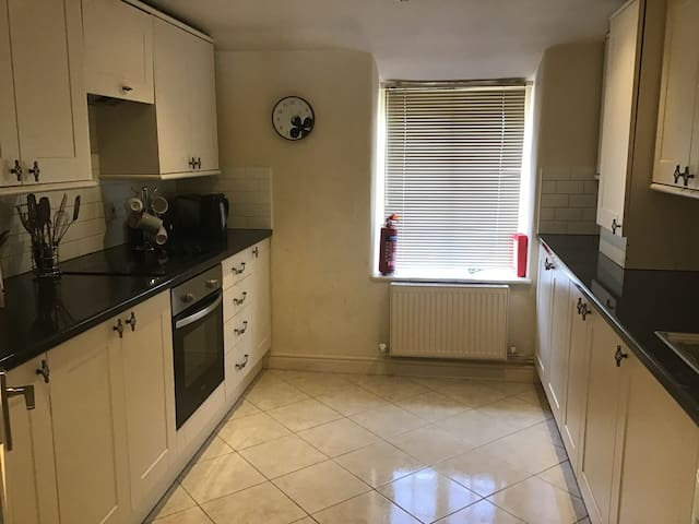 2 bed Appt in Witney town centre, sleeps 3 + baby