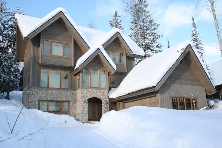 Columbia Mountain Lodge: families, ski in, comfy