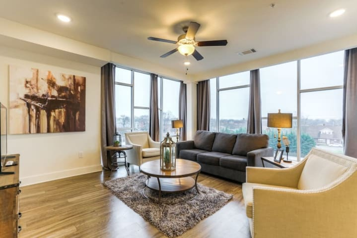 Luxurious Top Floor Corner unit Condo- #515