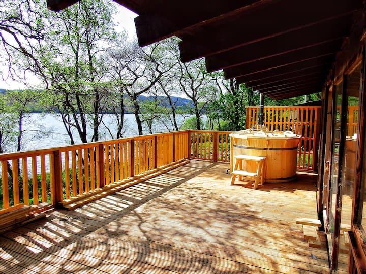 Log Cabin with Hot Tub & BBQ hut