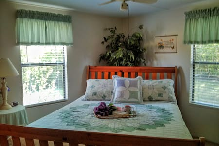 Master Bedroom and private bath B&B Suite - Martin - Bed & Breakfast