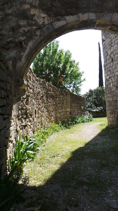 Vers l'église et le château