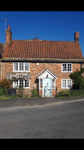 400 year old Grade II listed chocolate box cottage