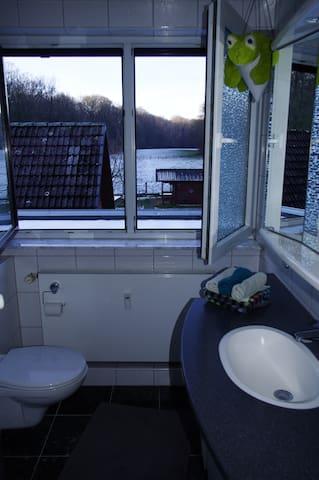 Das Badezimmer mit großem Fenster. Handtücher, Fön, Seife und Duschkram gibt es hier für unsere Gäste.