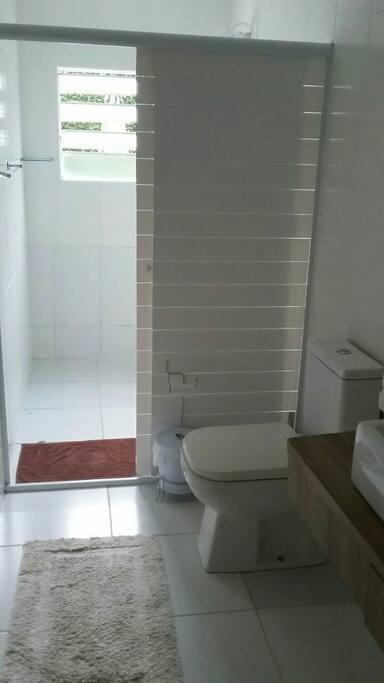 banheiro coletivo amplo